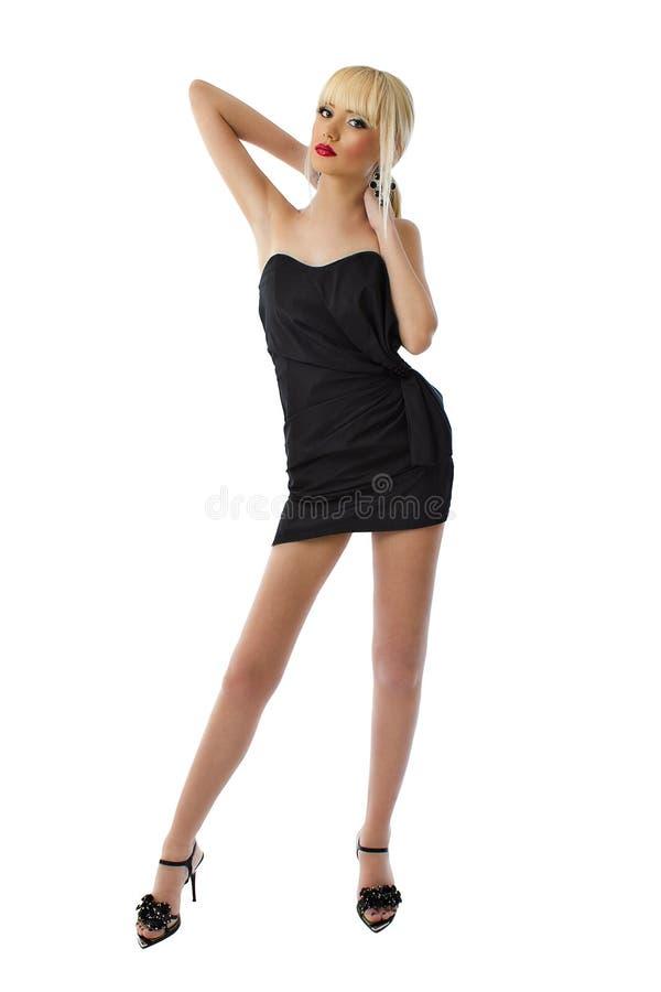 Jongelui die blonde dame in zwarte overweldigen weinig kleding stock fotografie