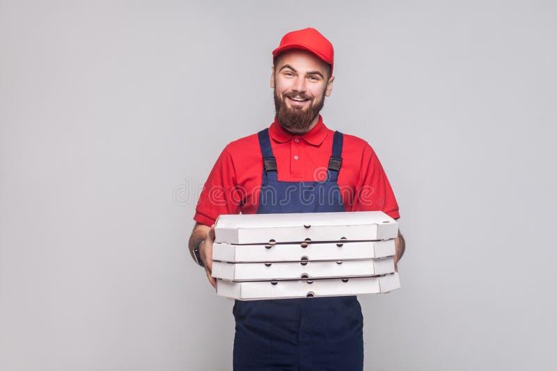 Jongelui die de logistische leveringsmens met baard in blauwe eenvormige a glimlachen royalty-vrije stock afbeeldingen