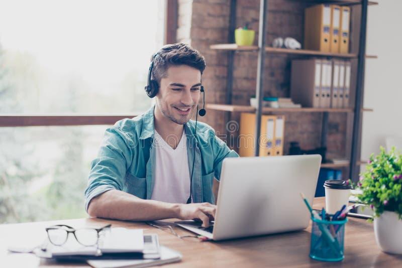 Jongelui die ervaren exploitant van call centre antwoorden glimlachen royalty-vrije stock afbeelding