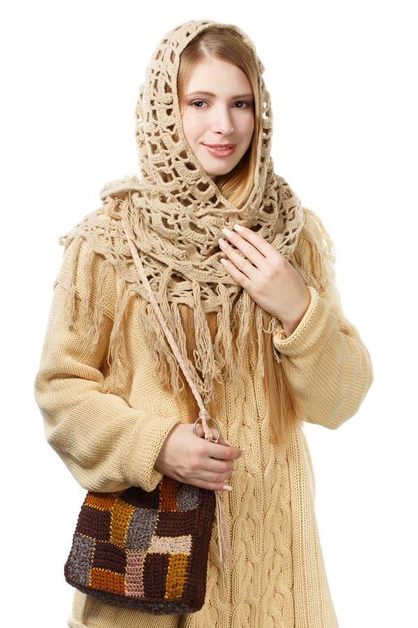 Jongelui die modieuze vrouw in openwork sjaal en lange beige swe glimlachen royalty-vrije stock afbeeldingen