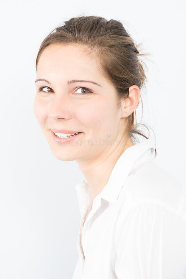 Jongelui die mooie vrouw glimlachen Close-upportret van een vers onderneemstermeisje stock fotografie
