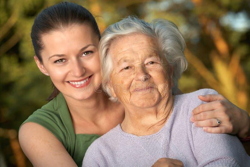 Jongelui en bejaarden stock fotografie