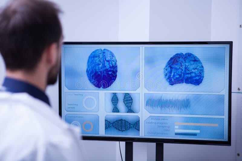 Jongelui ingezeten in het ziekenhuis die over herseneninovations leren in geneeskunde stock fotografie
