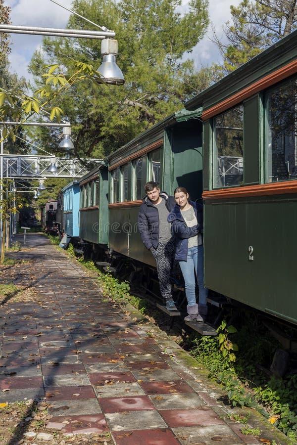 Jongelui koppelt op het close-up van de treintribune royalty-vrije stock foto