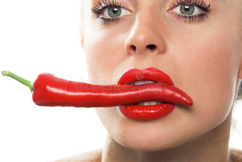Jongelui met roodgloeiende Spaanse peperspeper stock afbeeldingen