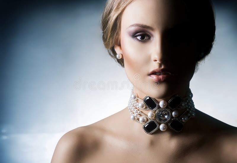 Jongelui, mooi en rijke vrouw in juwelen royalty-vrije stock foto's