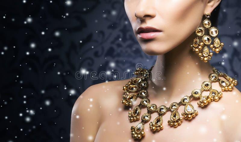 Jongelui, mooi en rijke vrouw in juwelen stock afbeeldingen