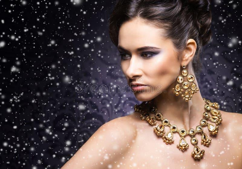 Jongelui, mooi en rijke vrouw in juwelen royalty-vrije stock foto