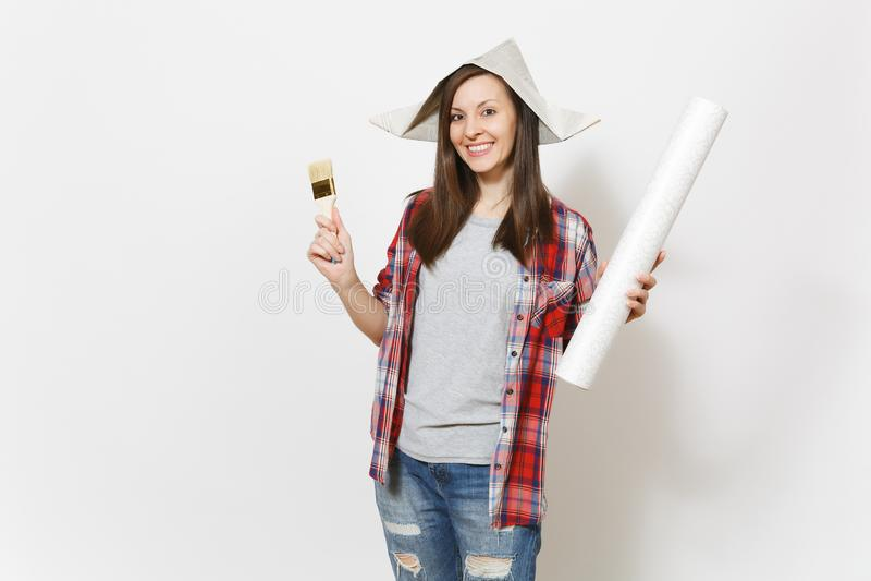 Jongelui mooie vrouw in vrijetijdskleding en de borstel van de de holdingsverf van de krantenhoed glimlachen en geïsoleerd behang royalty-vrije stock afbeelding