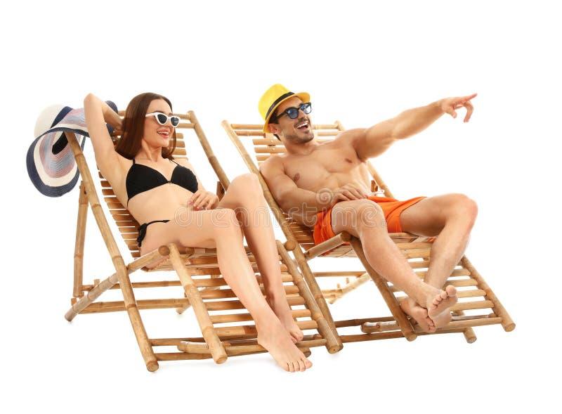 Jongelui op zonlanterfanters tegen witte achtergrond De toebehoren van het strand stock fotografie