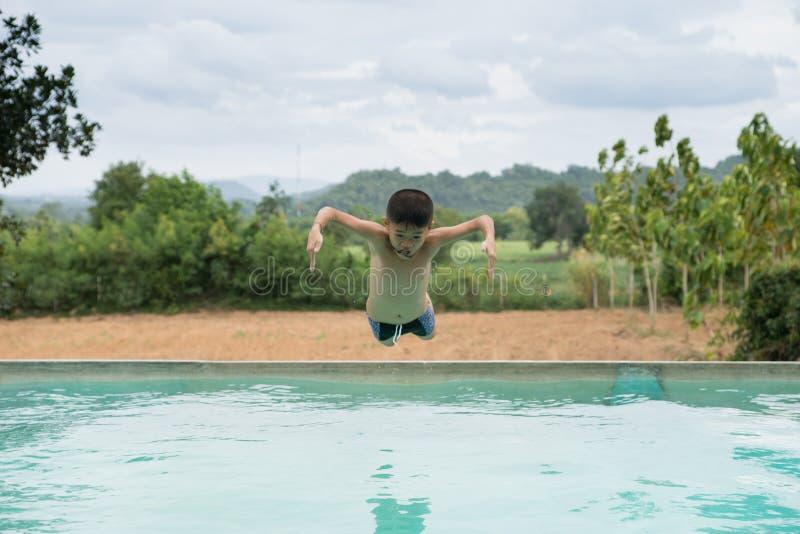 Jongen in actie betreffende de pool royalty-vrije stock foto's