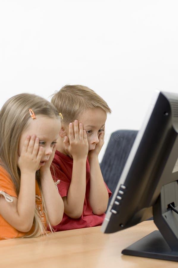 Jongen & meisje die op TV letten royalty-vrije stock afbeelding