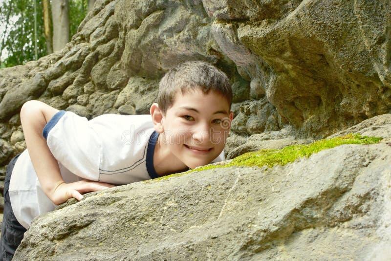Jongen bergbeklimming stock afbeeldingen