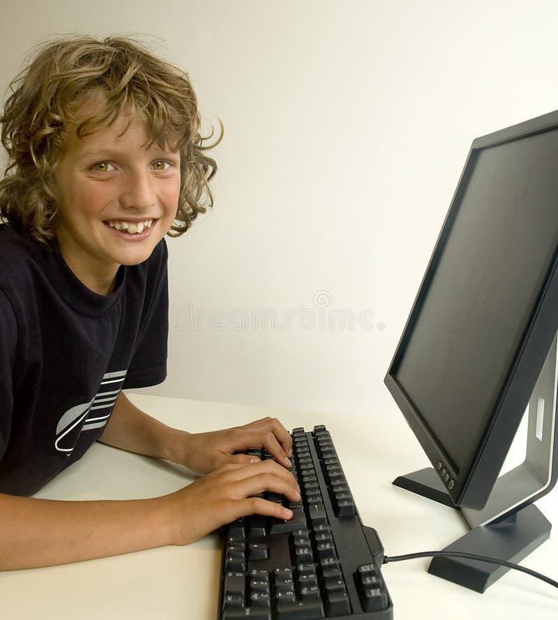 Jongen bij computer stock afbeeldingen