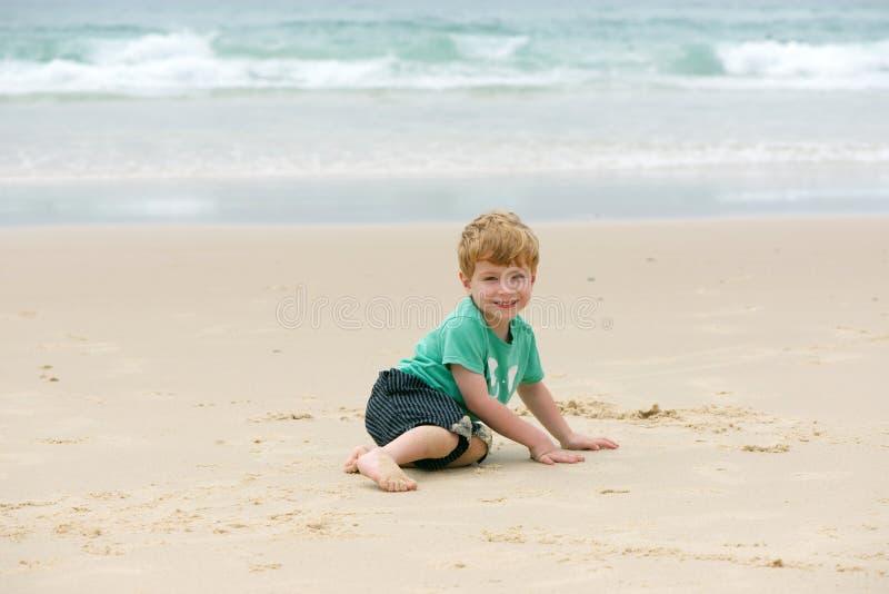 Jongen bij de oceaan royalty-vrije stock fotografie