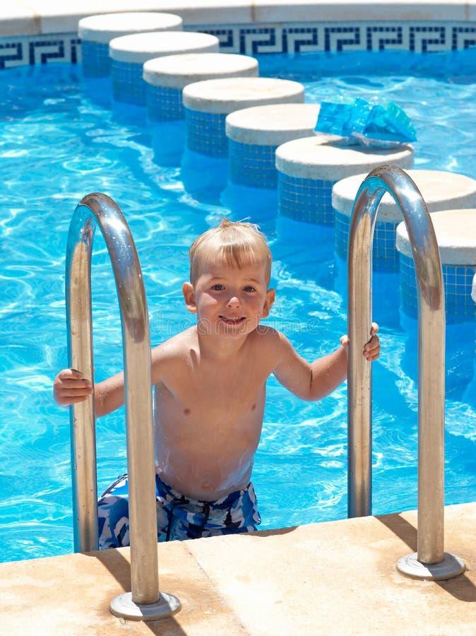 Jongen bij de pool royalty-vrije stock foto's