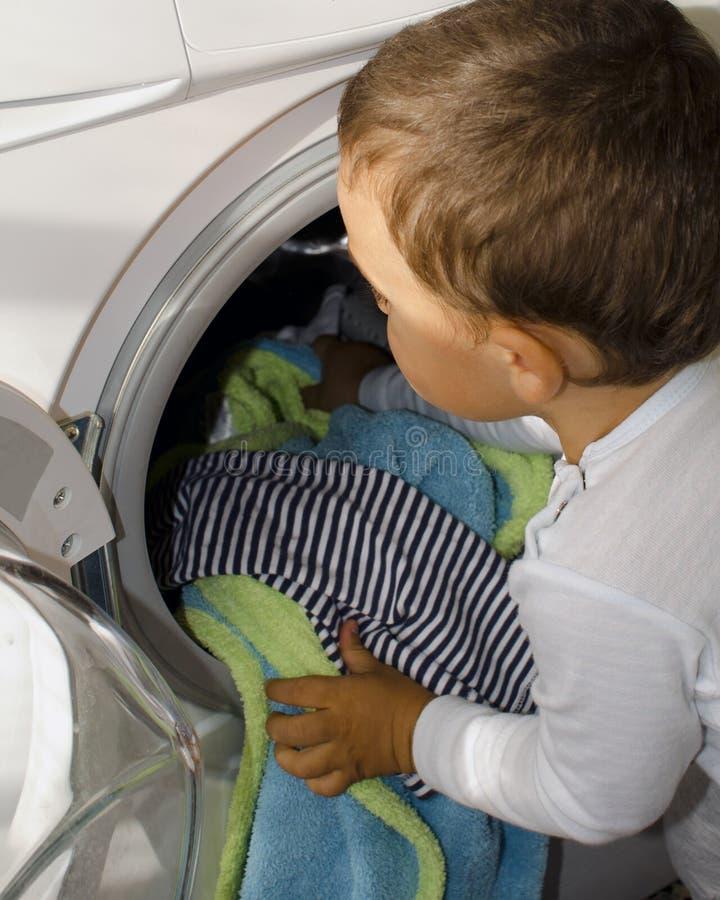 Jongen bij de wasmachine royalty-vrije stock foto