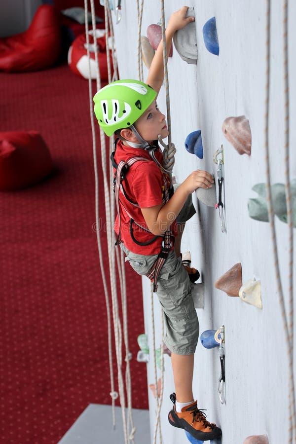 Jongen bij het beklimmen van muur royalty-vrije stock afbeeldingen