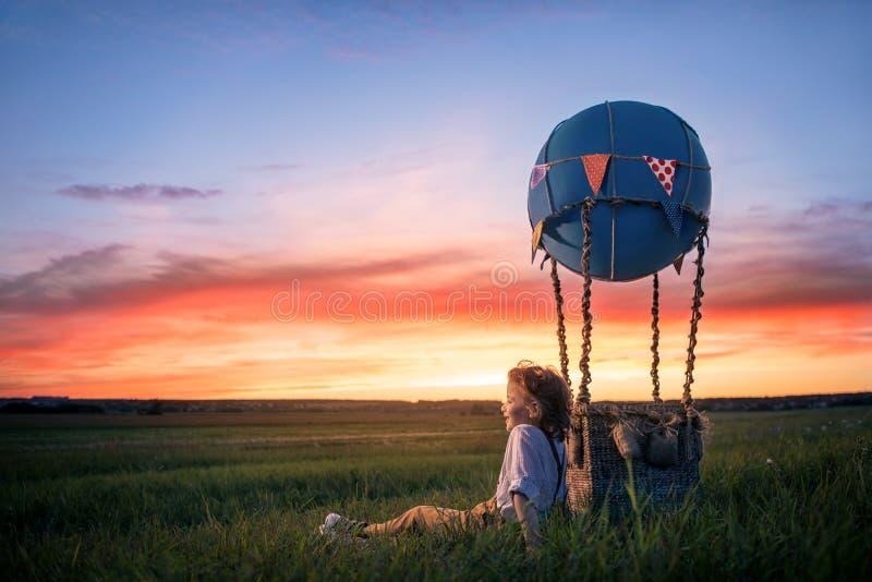 Jongen bij zonsondergang royalty-vrije stock foto