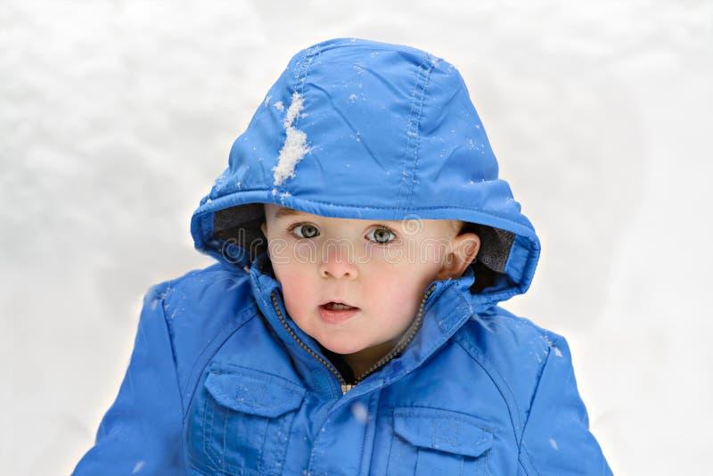 Jongen buiten op een Sneeuwdag stock foto