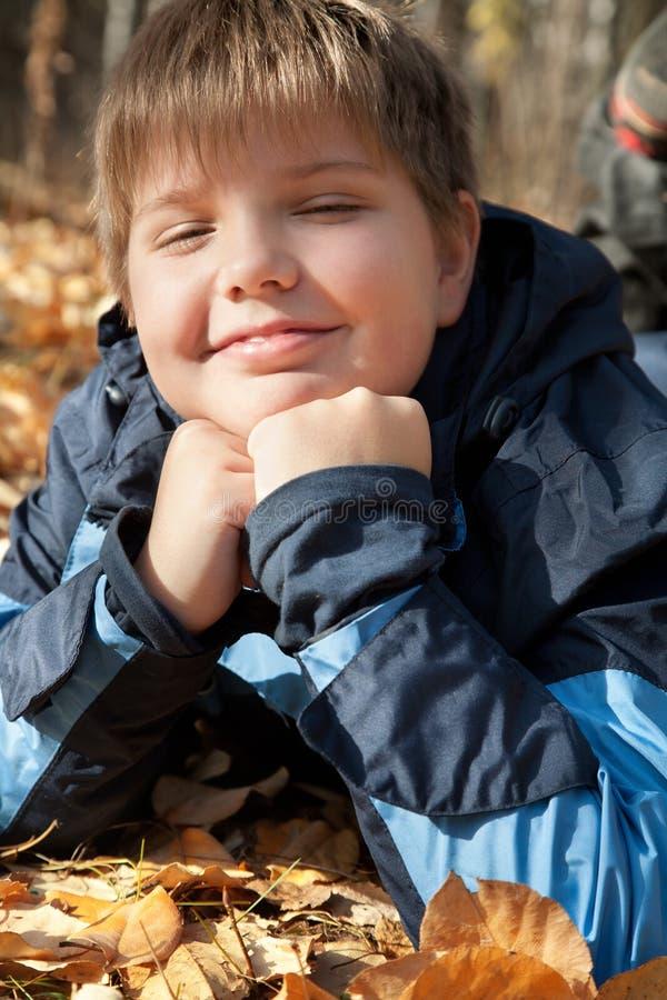 Jongen in de herfstpark stock fotografie