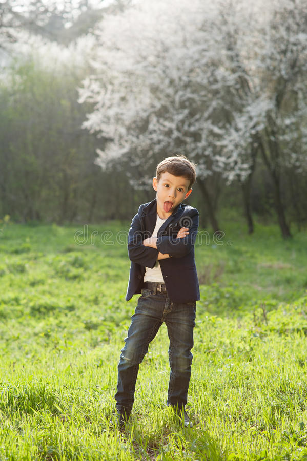 Jongen, de lente, liefde, bloei, spel, genoegen, kinderen, manier, grappig jong geitje, royalty-vrije stock foto's