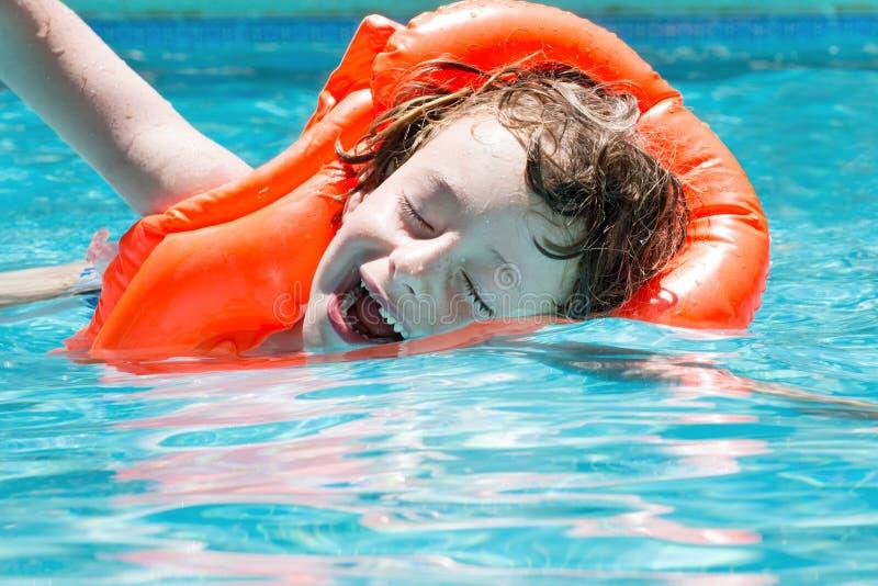 Jongen in de pool royalty-vrije stock foto's