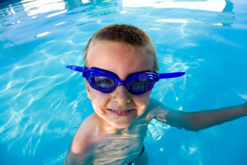 Jongen in de pool royalty-vrije stock fotografie