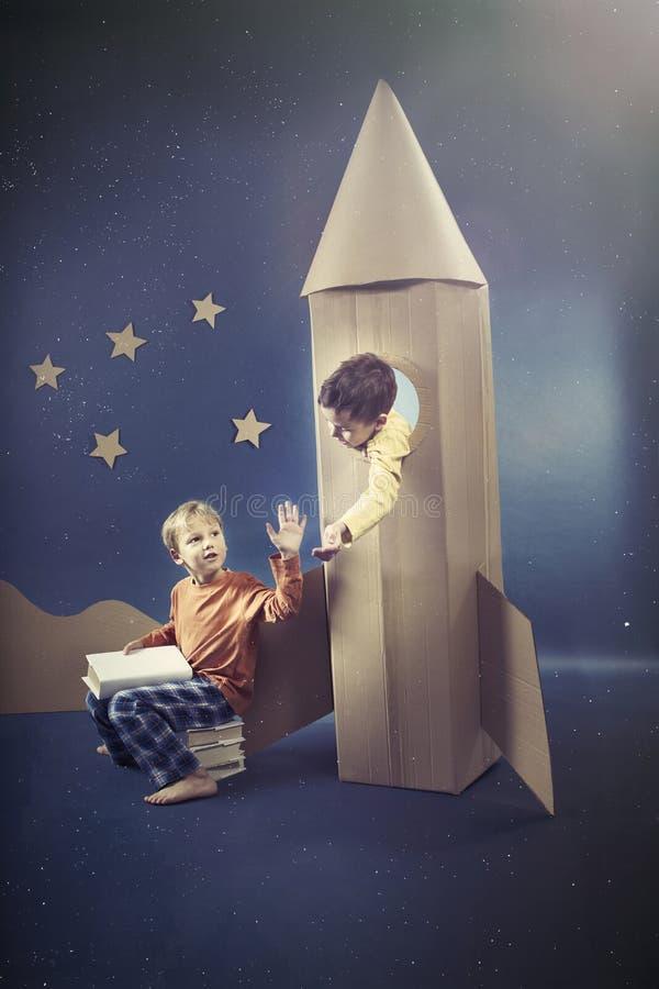 Jongen in de raket stock fotografie