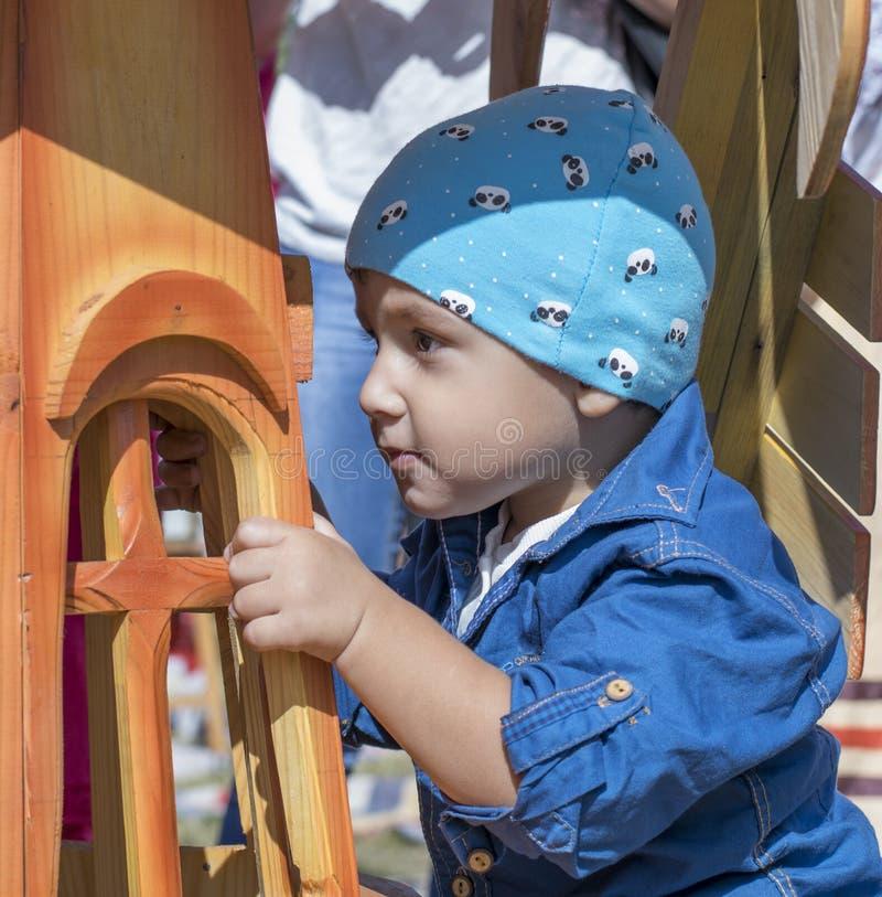 Jongen dichtbij houten structuur royalty-vrije stock foto's
