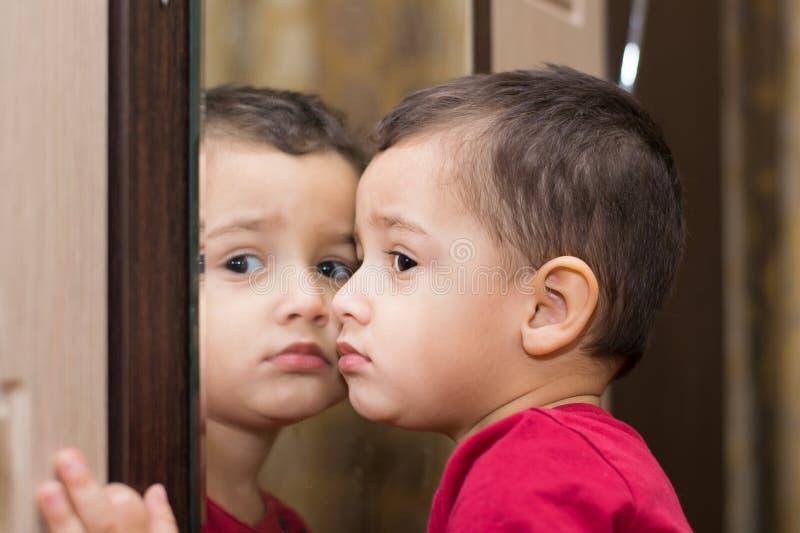 Jongen dichtbij spiegel royalty-vrije stock fotografie