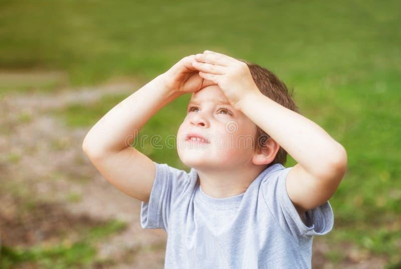 Jongen die aan de hemel kijkt royalty-vrije stock afbeelding
