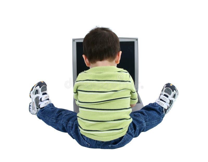 Jongen die aan Laptop over Wit werkt royalty-vrije stock foto's