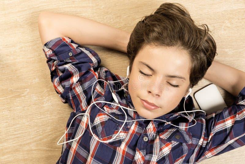 Jongen die aan Muziek luistert royalty-vrije stock fotografie
