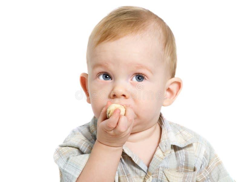 Jongen die banaan eet stock afbeelding