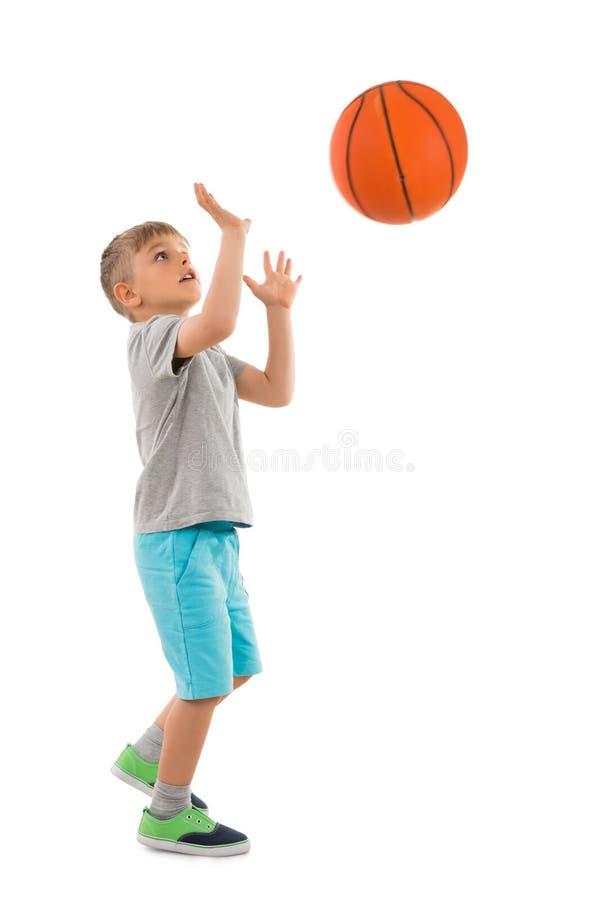 Jongen die Basketbal werpen royalty-vrije stock foto