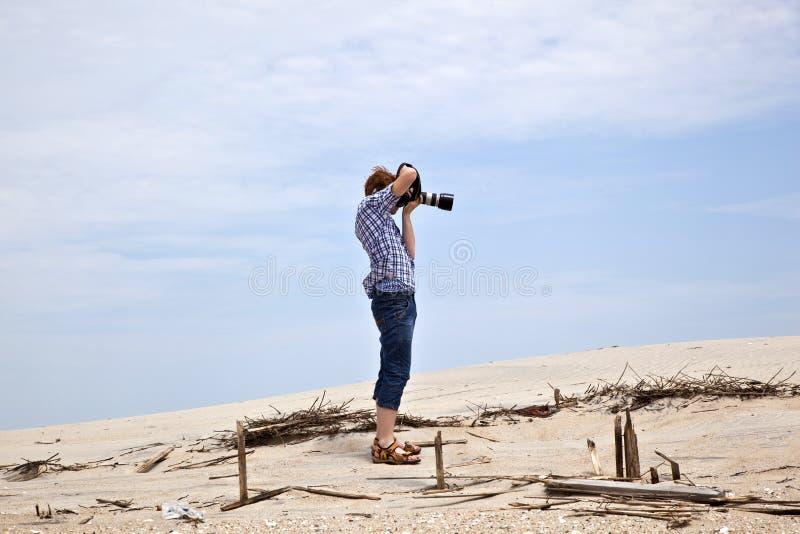 Jongen die beelden nemen bij het strand royalty-vrije stock foto's