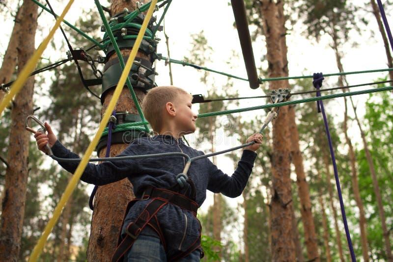 Jongen die bij avonturenpark beklimmen royalty-vrije stock foto