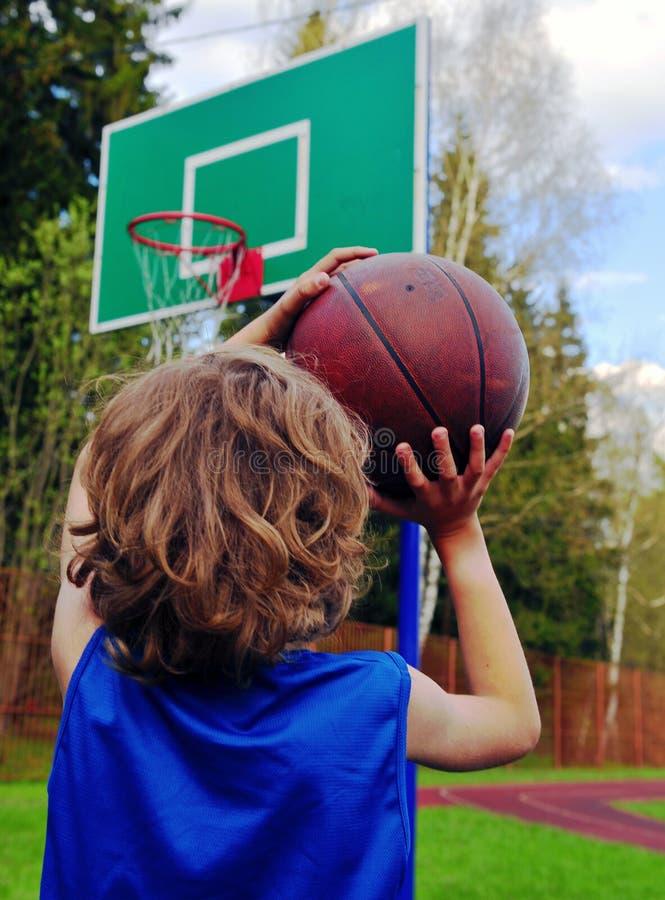 Jongen die de bal voorbereidingen treffen te werpen royalty-vrije stock fotografie