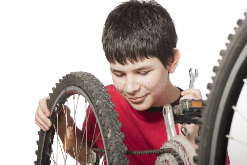 Jongen die de fiets herstelt royalty-vrije stock foto's