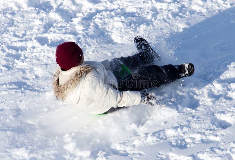 Jongen die in de sneeuw in de winter schaatsen royalty-vrije stock afbeelding