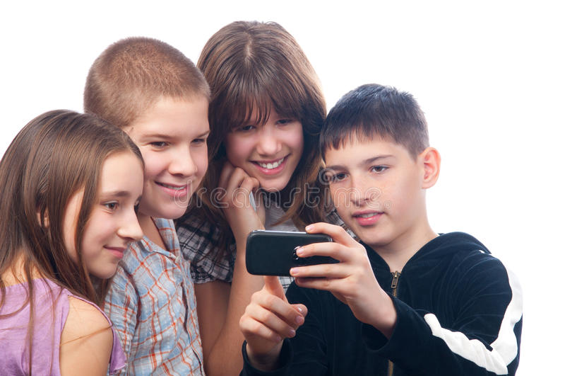 Jongen die digitale inhoud op zijn mobiele telefoon toont stock afbeeldingen