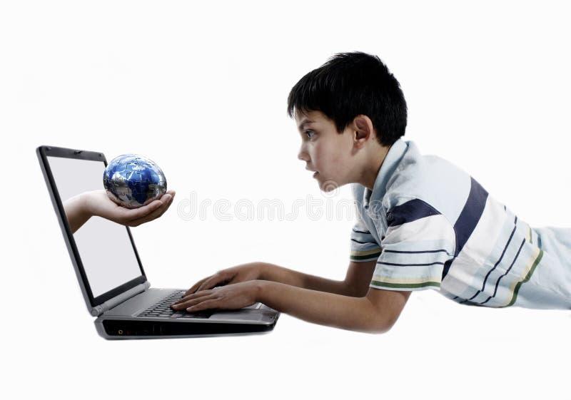 Jongen die door een bol wordt verrast stock fotografie