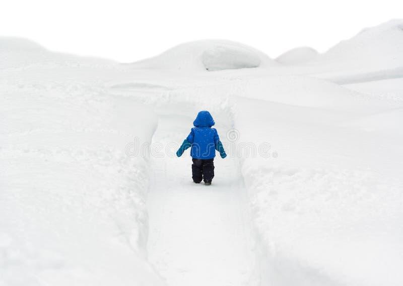 Jongen die door Sneeuwweg lopen royalty-vrije stock foto