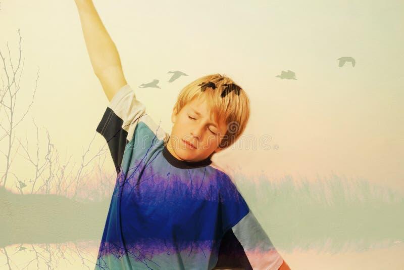 Jongen die droomt en veronderstelt vliegend royalty-vrije stock foto's