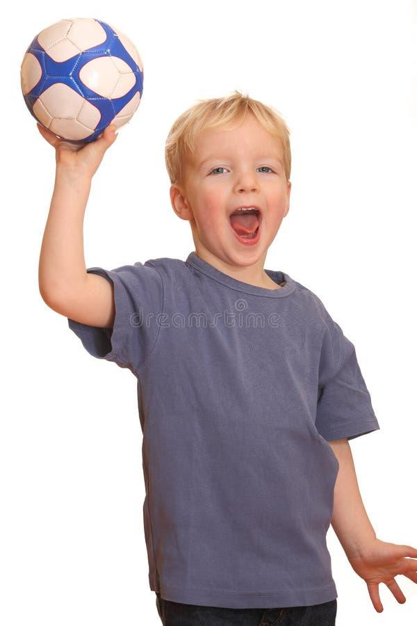 Jongen die een bal werpt stock afbeelding