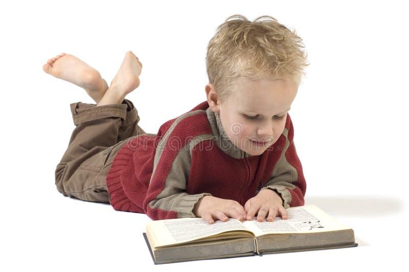 Jongen die een boek 4 leest stock afbeeldingen