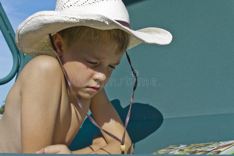 Jongen die een boek lezen royalty-vrije stock foto's