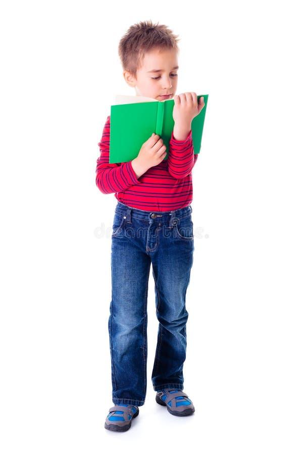 Jongen die een interessant boek lezen stock fotografie