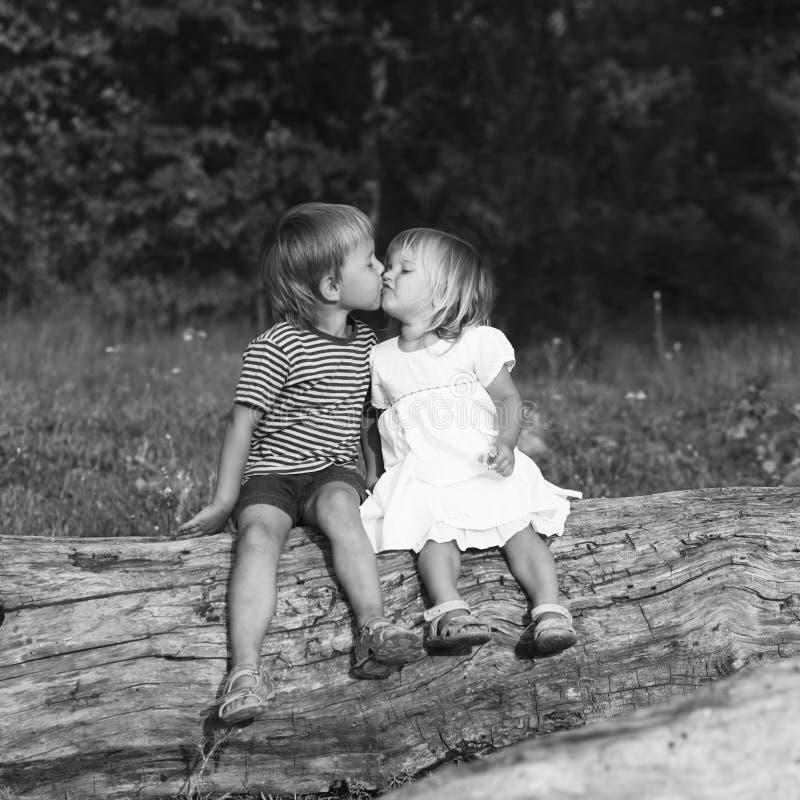 Jongen die een meisje kussen royalty-vrije stock fotografie